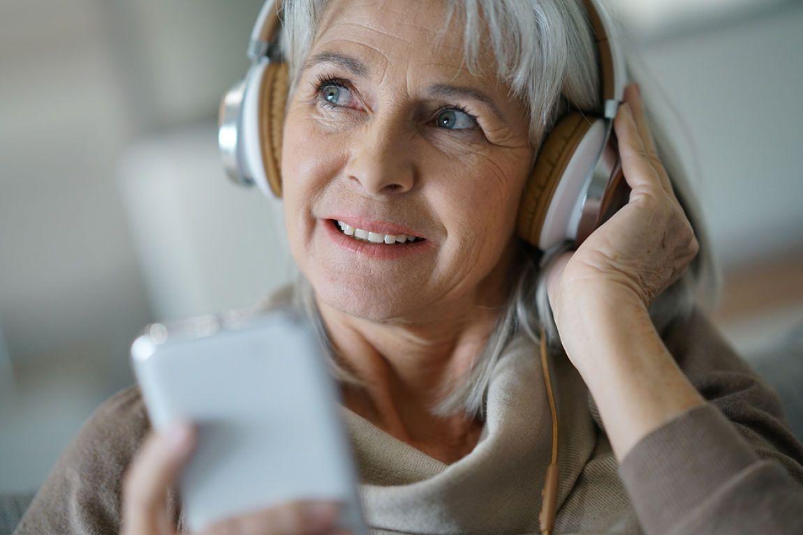 mujer escuchando música en una sesión de musicoterapia