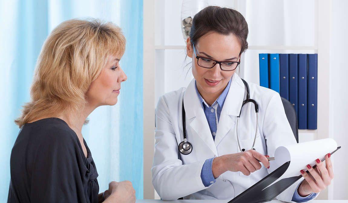 mujer con su médico