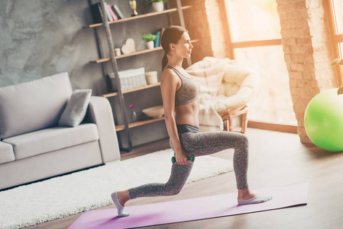 zancada en tu rutina de ejercicios en casa