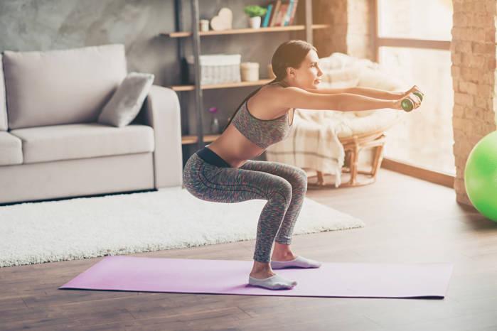 sentadillas en tu rutina de ejercicios en casa