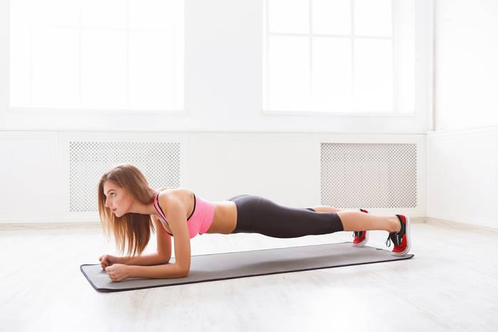 plancha abdominal en tu rutina de ejercicios en casa